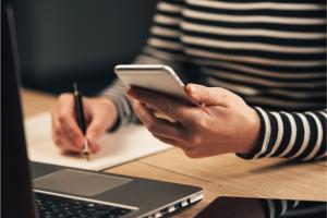 Lead se refere a qualquer pessoa interessada no seu negócio e, conforme os seus conteúdos, ela pode se tornar um cliente. Essa fase reflete naqueles que, mesmo que admirem o seu negócio, ainda não estão preparados para comprar de você.